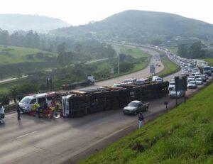 Car carrier truck overturns on N3