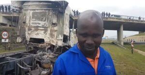 Video: Police save driver from a fiery death at hands of the Mooi River mob