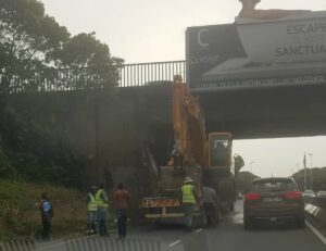 Driver tries to run after wedging truck under bridge on busy Durban freeway