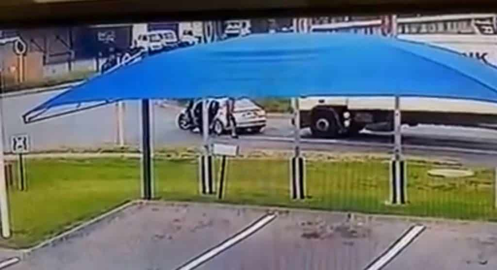 WATCH   Truck comes out tops versus hijackers' Audi