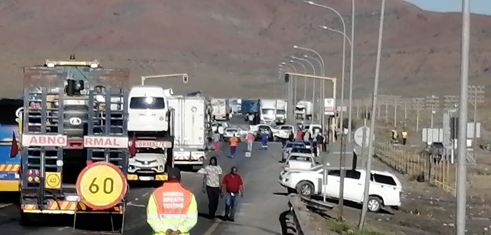 WATCH: Huge traffic backlog in Beaufort West as protesters block off the N1