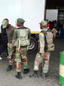Zim soldiers at Beitbridge Border force truck drivers to stay inside their trucks – report