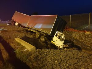 Trucker airlifted to hospital following R21 two truck crash