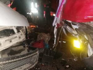 Video: Three die as speeding taxi crash into back of truck on N1 near Nyl plaza
