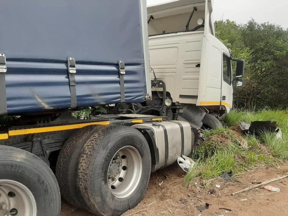 Pics : One killed in M4 truck and bakkie crash near La Mercy