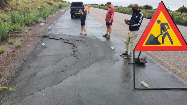 Motorists Warned Of A Sinkhole Developing On R31 Between Danielskuil And Kuruman